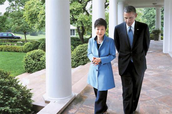 朴槿恵(パク・クネ)大統領とオバマ米大統領が7日午後(現地時間)、首脳会談の後、ホワイトハウスにあるローズガーデンを散歩しながら話している。両首脳は2人で10分間ほど歩きながら対話した。この日、両首脳は昼食会、共同記者会見と続いたホワイトハウスでの最初の会談で2時間ほど一緒に過ごした。