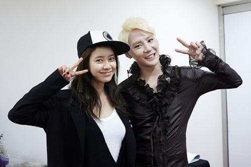 女優のソン・ジヒョ(左)とJYJのキム・ジュンス(写真=JYJのLINE)。