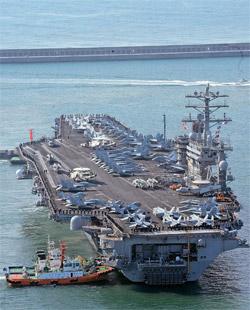米原子力空母「ニミッツ」が11日、海軍作戦司令部釜山基地埠頭に入港している。1975年に就役したニミッツは長さ332メートル、幅76メートルでサッカーコートの3倍の広さがある。戦闘爆撃機スーパーホーネット(F/A-18E/F)、早期警報機E-2C(ホークアイ2000)など80機余りの航空機を搭載している。