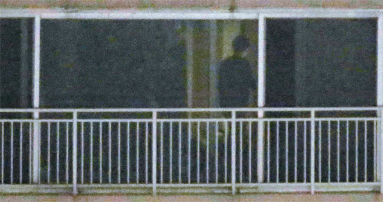 14日晩、尹昶重(ユン・チャンジュン)前青瓦台報道官と推定される人物が、京畿道金浦市場基洞Hマンションの自宅で、中央日報の写真記者が撮影した写真に写っている。朴槿恵(パク・クネ)大統領の訪米随行中にセクハラ疑惑で更迭された尹前報道官は、自宅で今後の対応戦略に苦心していると、ある側近は伝えた。