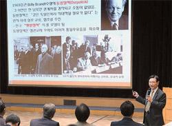 李元馥(イ・ウォンボク)教授が16日、ソウルポスコセンターで統一をテーマに講演している。