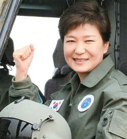 朴槿恵大統領が22日、論山陸軍航空学校で陸軍航空操縦士のジャケットを着てスリオンに試乗している。(青瓦台写真記者団)