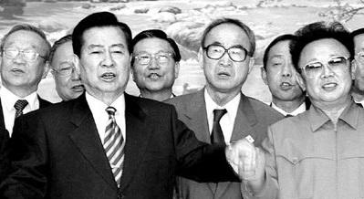 2000年の南北首脳会談に同行した姜万吉教授(後列の左側)が金大中(キム・デジュン)大統領らと歌を歌っている。