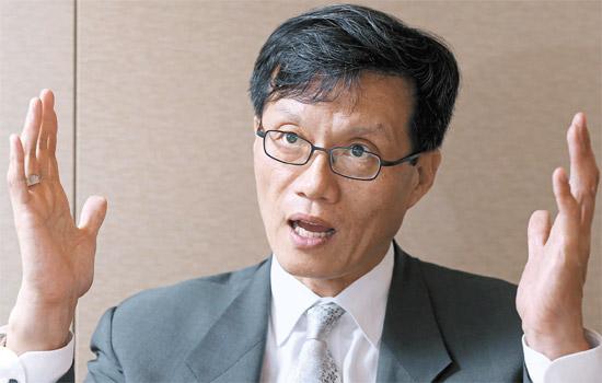 ADBのイ・チャンヨン首席エコノミストは、「アベノミクスが成功し、円安は国際共助を通じ調整されるのが韓国経済に最も良い」と話した。