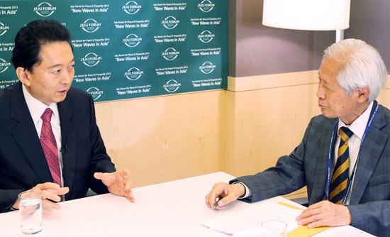 先月30日、済州フォーラムに出席した鳩山由紀夫元首相(左)が西帰浦市のホテルでキム・ヨンヒ大記者とインタビューしている。