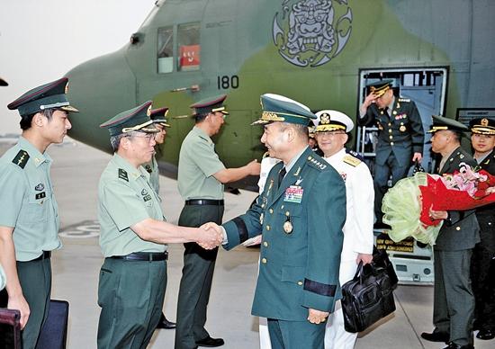 3日、鄭承兆(チョン・スンジョ)合同参謀本部議長は北京首都国際空港に到着して中国の将軍と挨拶を交わした。(写真=合同参謀本部)