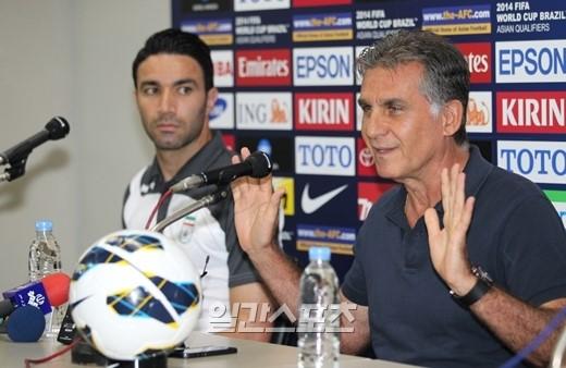 サッカーイラン代表のカルロス・ケイロス監督(右)。