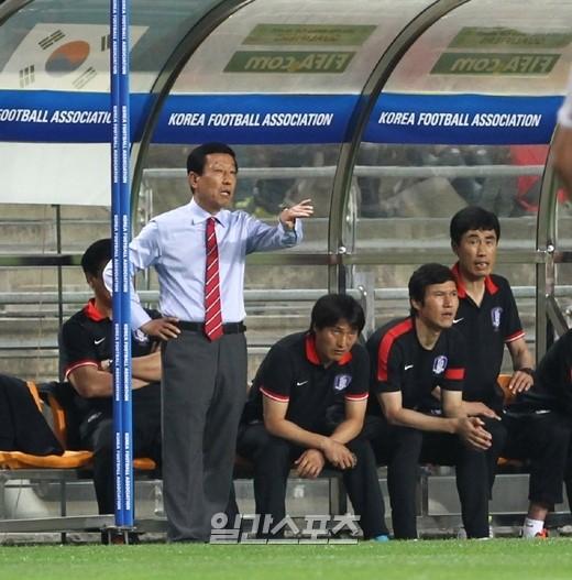 韓国サッカー代表のチェ・ガンヒ監督とコーチングスタッフ。