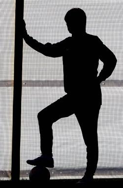 洪明甫(ホン・ミョンボ)監督が次期韓国代表監督に就任する可能性が高まっている。しかしサッカー協会の監督選任過程がまた滑らかに進んでいない。メディアが次期監督に洪明甫氏を取り上げた後、技術委員会が招集された。写真は去年7月のロンドンオリンピック前に行われた練習での洪明甫監督のシルエット。[中央フォト]