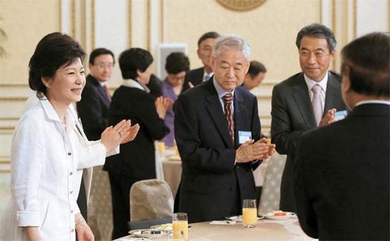 朴槿恵(パク・クネ)大統領が20日午前、青瓦台(チョンワデ、大統領府)で開かれた第16期民主平和統一諮問委員との懇談会に参加した。懇談会には新しく任命された300人の諮問委員が参加し、このうち幹部委員72人に朴大統領が直接、任命状を授けた。左側から朴大統領、ファン・ビョンギ職能運営委員、チョン・ジョンソプ企画調整法制委員長。(写真=青瓦台)