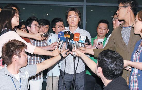洪明甫(ホン・ミョンボ)監督が24日仁川(インチョン)空港で、決然とした表情で代表チームの指令塔になった所感を明らかにしている。