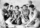 捕虜になった韓国人慰安婦。写真の原本に「1944年8月14日、米軍G-2情報部隊機動隊員がミッチーナー(Myitkyina、ミャンマー・カチン州)付近で捕まった韓国人慰安婦(Korean Comfort Girls)を尋問している」と書かれている。