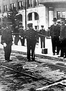 1932年1月8日、李奉昌義挙現場。「32歳の朝鮮人労働者、李奉昌(RiHosho)は裕仁天皇が乗った馬車の前にあった一木喜徳郎宮内大臣の馬車に爆弾を投げた。裕仁天皇は新年の陸軍観兵式に出席し、東京代々木練兵場に戻るところだった」という説明がある。