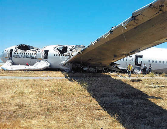 8日(日本時間)、米サンフランシスコ国際空港で、韓米合同調査団の関係者がアシアナ事故飛行機を調査している。