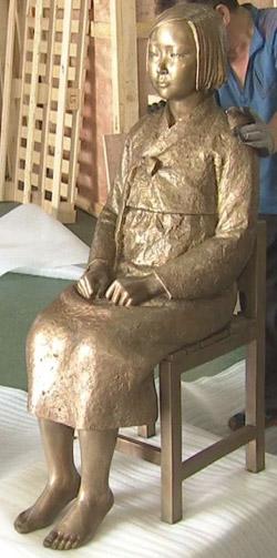 米国カリフォルニア州のグレンデールに設置される海外第1号の日本の従軍慰安婦少女像。