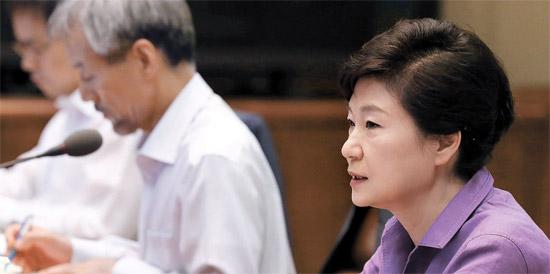15日午前、朴槿恵(パク・クネ)大統領が青瓦台で首席秘書官会議を主宰している。