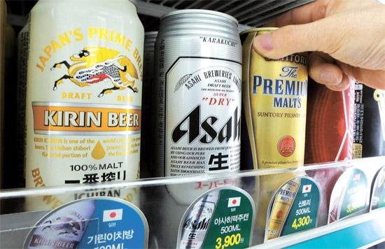 関税庁は17日、上半期のビール輸入が前年同期より21%増え3951万ドルを記録したと明らかにした。写真はソウル市内のコンビニエンスストアに陳列された日本産ビール。