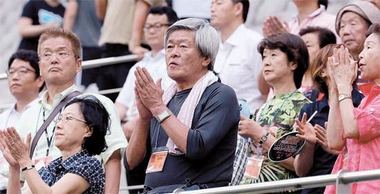 東アジア杯女子サッカーの南北対決が繰り広げられた21日、ソウル上岩洞(サンアムドン)のソウルワールドカップ競技場で、在日朝鮮人総連合会の応援団が北朝鮮の選手たちを応援していた。