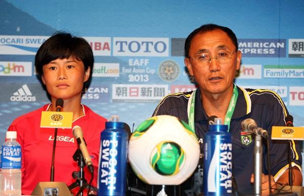 北朝鮮のキム・グァンウン監督とキム・ソンヒ選手。