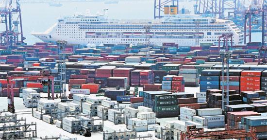 今月19日、釜山の神仙台(シンソンデ)コンテナ埠頭にクルーズ船「コスタ・ビクトリア」号が停泊している。釜山の国際クルーズターミナルにはクルーズ船1隻だけが停泊できるため、この日のように2隻が入ってくると1隻は貨物コンテナ埠頭を利用しなければならないのが実情。この日釜山に9時間停泊したクルーズ船に搭乗してきた中国観光客は、ショッピングだけ3回した。