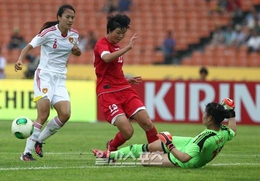 北朝鮮のキム・ユンミンがシュートをする前に、中国ゴールキーパーのワン・フェイがボールを蹴り出している。
