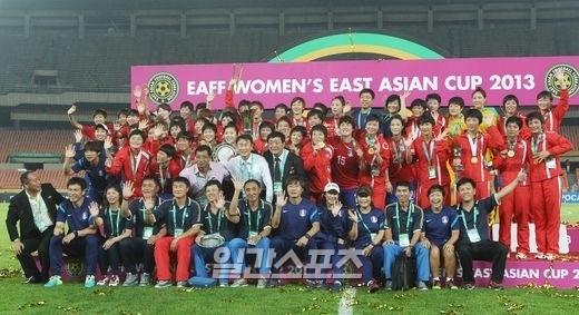 東アジア杯で優勝した北朝鮮女子代表と韓国女子代表がとともに記念撮影した。