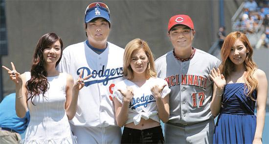 少女時代のティファニー、柳賢振(LAドジャース)、サニー、秋信守(シンシナティ)テヨン(左から)。