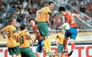 洪明甫(ホン・ミョンボ)監督が率いるサッカー韓国代表が20日、ソウルワールドカップ(W杯)競技場で行われた東アジア杯第1戦で豪州と0-0で引き分けた。金珍洙(キム・ジンス)のロングスロー、金英権(キム・ヨングォン)の強力な左足FKが目を引いた。写真はヘディングシュートをする李承ギ(イ・スンギ、右)。
