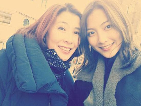 KARAジヨンの母親とジヨン(写真=ジヨンのツイッター)。