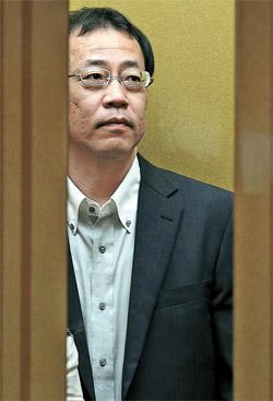 日本政府の独島世論調査に抗議するため呼ばれた駐韓日本大使館の船越健裕政務公使が2日午前、ソウル都染洞の外交部庁舎のエレベーターに乗っている。