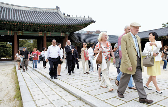 昨年開かれた第3回文化疎通フォーラム(CCF)参加者がソウルの昌徳宮後苑(チャンドックンフウォン)を散策している。今年は9月1~3日にソウルで開かれる。(写真=文化疎通フォーラム)