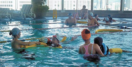 プラザホテルが最上層の室内プールで子供専用アクアロビックのクラスを開くなど、一流ホテルも多様な夏パッケージ商品を出している。(写真=プラザホテル)