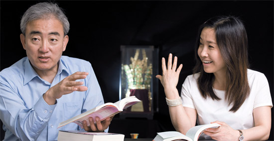ユ・ジンリョン文化体育観光部長官(左側)と『二十歳には分からなかった私の韓国』の著者であるイ・スプ作家。「韓国人の文化的DNAと韓流」をテーマに話を交わしていた。