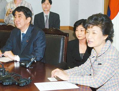 04年、ハンナラ党代表だった朴槿恵大統領(右)が自民党幹事長の資格で訪韓した安倍氏と会談している。[中央フォト]