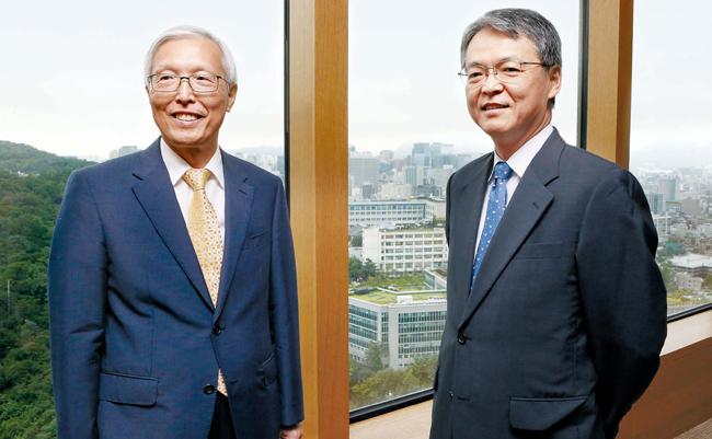 申ガク秀(シン・ガクス)元駐日大使(写真左)と添谷芳秀慶応大学教授が23日、ソウル獎忠洞(チャンチュンドン)の新羅ホテルで対談をした。