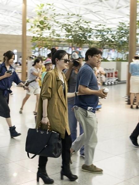 イ・ヨンエが25日、海外スケジュールのため仁川(インチョン)空港を通じてモンゴルへ出国した。