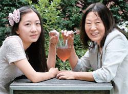 「天才兄妹を育てたママ」チン・ギョンヘさんと娘の矢野さゆりさん。ソウル鍾路(チョンノ)のあるブックカフェで。