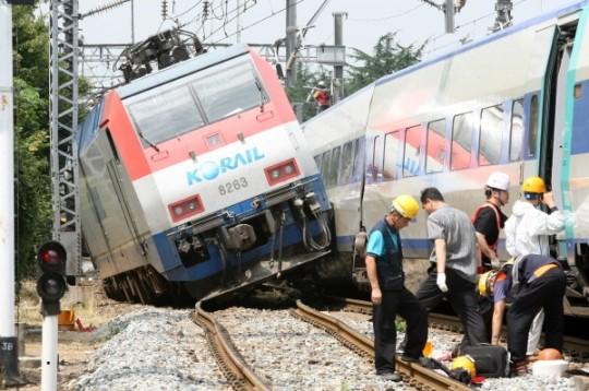 衝突事故により脱線したムグンファ号の機関車。