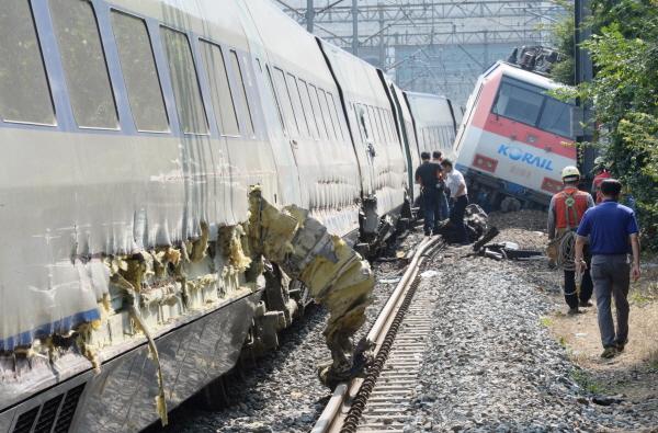 31日に大邱駅でムグンファ号(右)に突っ込まれ脱線したKTXの側面には生々しい傷跡が残された。