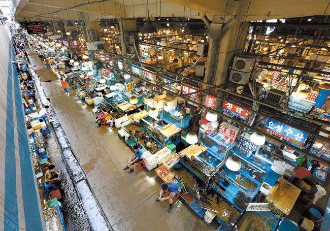 29日午後3時頃のソウル鷺梁津水産市場の風景。誰もいない通路を眺めていたある商人は「お客さんは、ほとんどいないと見ていい」と話していた。