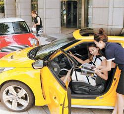 4日、ある女性がソウル江南区の現代車支店で「ベロスター」に関する説明を聞いている。現代車は女性運転者360人を選定し、年末まで「ベロスター」と「ミニクーペ」などを比較試乗するイベントを開く。(写真=現代車)