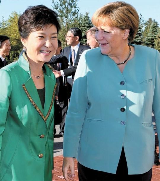 朴槿恵大統領とメルケル独首相が6日午後(現地時間)、ロシア・サンクトペテルブルクで、首脳会談の前にあいさつしている。
