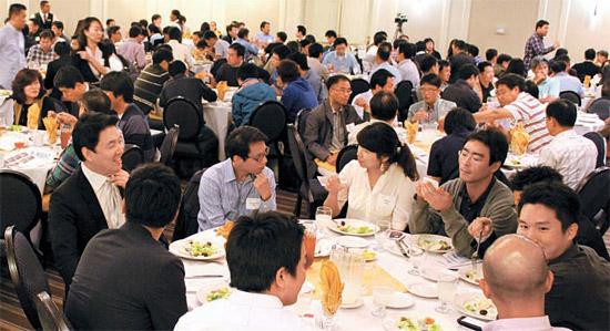 シリコンバレーで活躍する韓国人エンジニアと専門職業人約300人が今年5月に開かれた「ペイエオリオKグループ カンファレンス」に参加して情報交換をしていた。(写真=Kグループ)