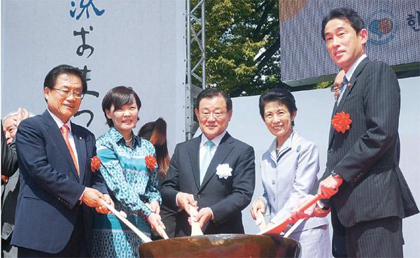 左側から金泰煥(キム・テファン)韓日議員連盟会長代行、安倍晋三首相の昭恵夫人、李丙ギ(イ・ビョンギ)駐日韓国大使、高円宮久子妃、岸田文雄外相。