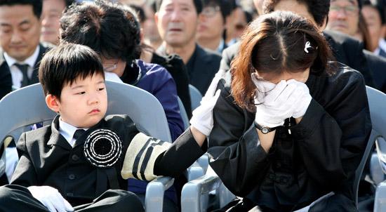 泣かないで、ママ」…殉職警察官...