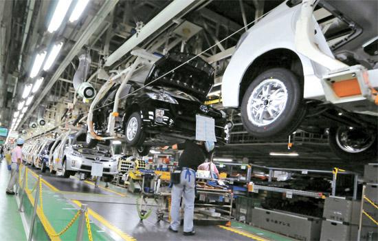 日本愛知県豊田市の堤工場で職員がプリウスを組み立てている。ここでは一日1442台が生産される。[写真=トヨタ]