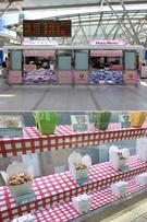 お弁当屋は8軒。多彩なおかずを楽しめるお弁当が好評の「ダミヨン」や、かわいらしいカップボックスに入った麺料理を扱う「NOODLE BOX」、日本でも人気が高い「Hotto Motto」まで入店しています。