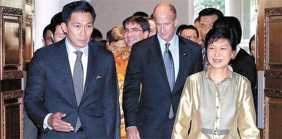 朴槿恵大統領が6日午後にバリインターナショナルコンベンションセンターで開かれた2013APEC最高経営責任者サミットに参加し、「革新のビジネスがなぜ重要なのか」を主題に基調演説を行った。朴大統領が議長の案内を受け会議場に入場している。