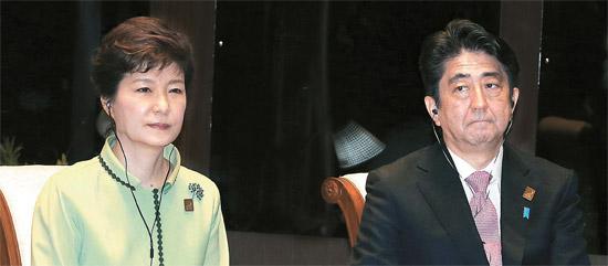7日、インドネシアのバリ島にあるソフィテルホテルで開かれた「アジア太平洋経済協力会議(APEC)ビジネス諮問委員会との対話」で行事の開始を待つ朴槿恵大統領(左)と日本の安倍晋三首相。