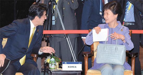 8日、日本の安倍晋三首相(左)が朴槿恵大統領に話しかけている。